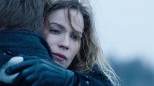 Sofia Karppi (Pihla Viitala) halaa miestä kasvot kameraan päin surullisen näköisenä.