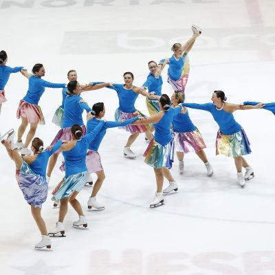 Konståkare i formation på isen