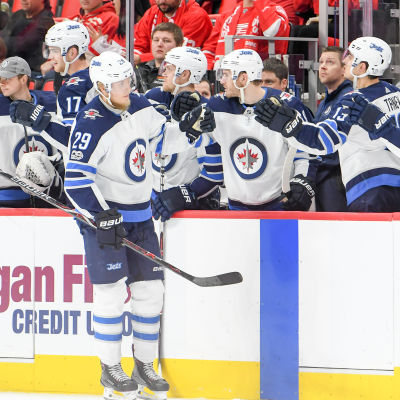 Patrik Laine firar sitt mål med lagkompisarna i Winnipeg Jets.