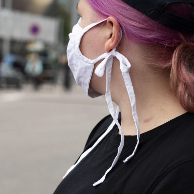 En kvinna som bär ansiktsskydd.