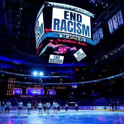 Pelaajat viettivät hiljaisen hetken jäällä ennen keskiviikon pudotuspelien alkua.