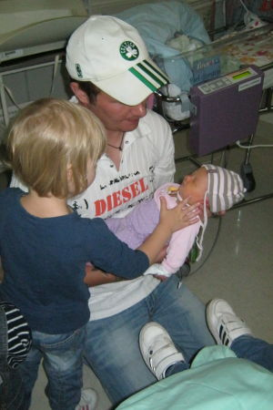 Liinu sairaalassa isänsä sylissä, sisaruksia ympärillä