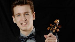 Kasmir Uusitupa ja OP Ryhmän Taidesäätiön omistama Antonio Stradivarius -viulu vuodelta 1702.