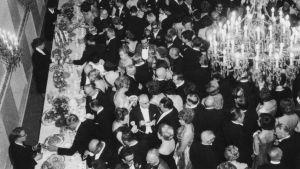 Tasavallan presidentin itsenäisyyspäivän vastaanotto Presidentinlinnassa 1964. Tungos kahvipöydän luona