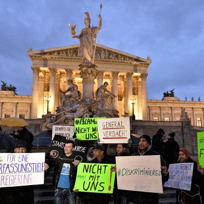 Människor i Wien demonstrerar mot den nya islamlagen.
