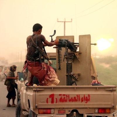 En man avfyrar ett tungt maskingvär i Jemen.