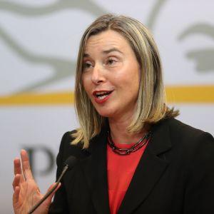 EU:s utrikespolitiska representant Federica Mogherini på väg till förhandlingar om läget i Venezuela.