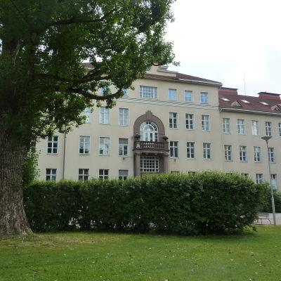 Ett väldigt stort stenhus som är Ekåsens sjukhus.