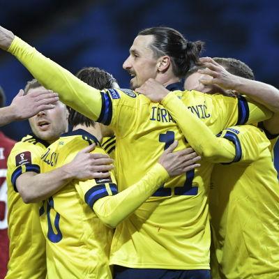 Zlatan Ibrahimovic jublar med sina lagkamrater efter Sveriges seger över Georgien i VM-kvalet.