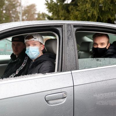 Kokkolalainen Ville Kotilainen autossaan kavereiden kanssa.