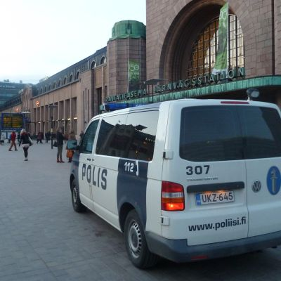 Polisbil vid järnvägsstationen