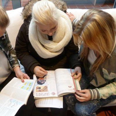 Eleverna hittar fler fel i de tryckta läromedlen.
