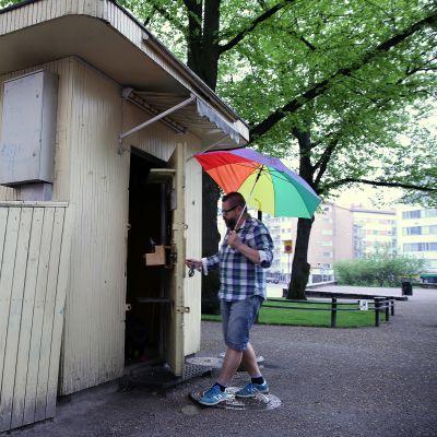 Karhupuiston lippakioskissa toimiva Bear Park Cafe avaa ovensa ensi viikolla. Yrittäjä Mikko Autio on vuokrannut kioskia kaupungilta vuodesta 2002. Nyt hän ostaa kioskin itselleen.