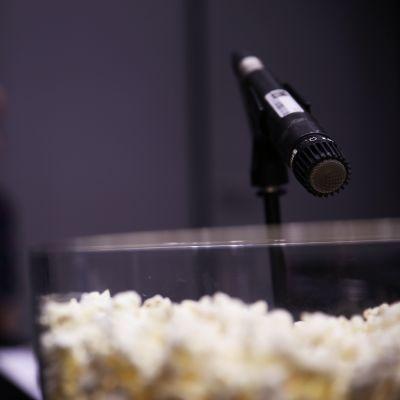 Mikrofoni äänittämässä popcorneja.