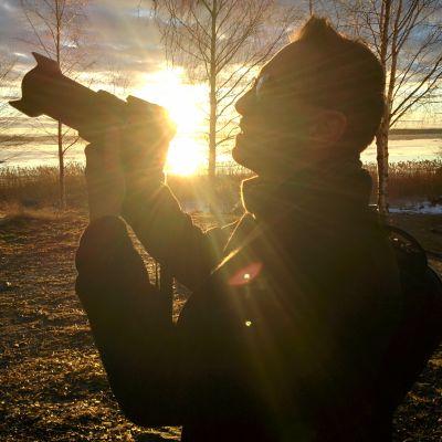 Kuvaaja Esa Siltaloppi tarkistaa kameran asetukset.