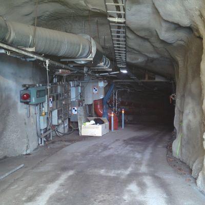 Suomenlinnan tunnelin Kaivopuiston puoleinen suuaukko. Tunnelin seinät on betonoitu. Katon rajassa kulkee ilmastointiputki ja sähköjohtoja.