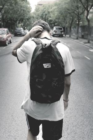 ung man går på väg