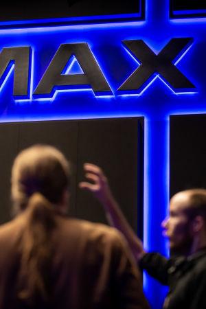 Helimäki Akustikot -yrityksen suunnittelu- ja laatujohtaja Pekka Taina mittaa Imax-elokuvateatterin äänenvoimakkuutta, Imax, Finnkino Itis, 5.12.2018.