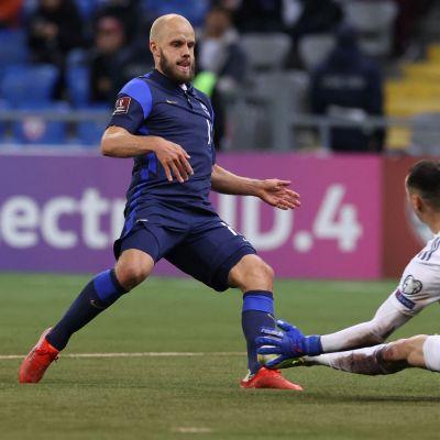 Teemu Pukki gör mål mot Kazakstan.