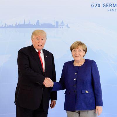 USA:s president Donald Trump och Tysklands förbundskansler Angela Merkel skakar hand inför sitt möte i Hamburg.