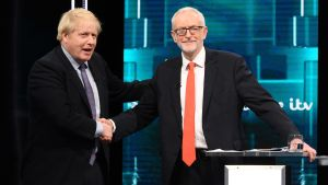 Boris Johnson och Jeremy Corbyn skakar hand