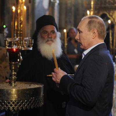 Rysslands president Vladimir Putin i huvudkyrkan i Athos.