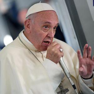 Påve Franciskus pratar med journalister på flygplanet på väg hem från Polen 31.7.2016