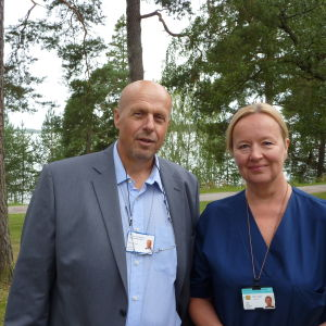 Sjukvårdsdistriktets direktör Göran Honga och hjärtstationens avdelningssköterska Gunilla Carlson.
