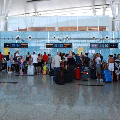 Brittiska turister köar vid Enfidha-flygplatsen i Sousse, Tunisien, för att åka hem.