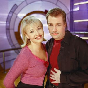 Juontajat Jarmo Luttinen ja MaritaTaavitsainen Videotreffit-ohjelmassa vuonna 1999