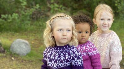 Kolme tyttöä, käsinneulottut strömsövillapaidat päällä