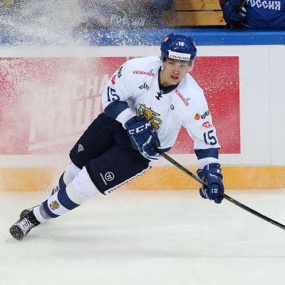 Mikko Rantanen återfinns i tredjekedjan.