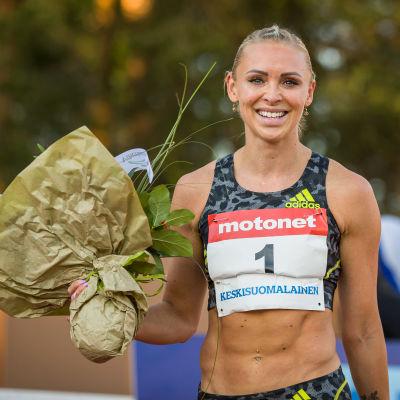 Häckvinnaren Annimari Korte premieras med blommor efter målgång.