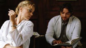 Nina Hoss ja Ronald Zehrfeld elokuvassa Barbara
