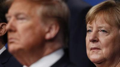 Donald Trump står framför Angela Merkel