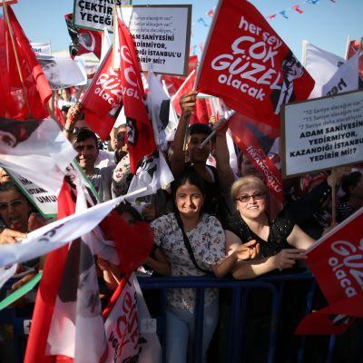 Oppositiopuolue CHP:n kannattajat kokoontuivat maanantaina Istanbulin keskustaan.