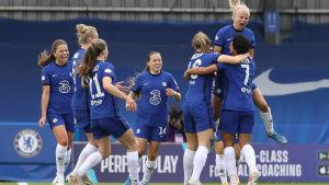Chelseas damer firar ett mål.