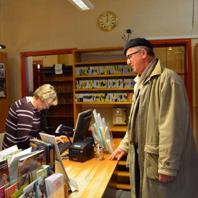 Thomas Rosenberg vid lånedisken i Lovisa huvudbibliotek