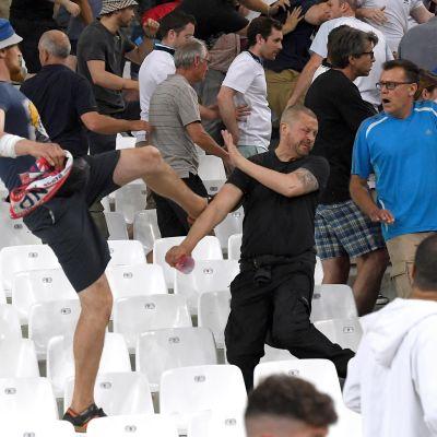 Slagsmål på fotbollsläktaren i Marseille 11.6.2016