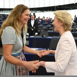 Ursula von der Leyen hälsas av gröna Europaparlamentarikern Sarah Wiener.