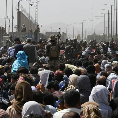 Ihmisjoukko Kabulin kansainvälisen lentokentän ulkopuolella.