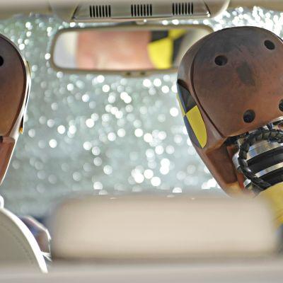 Kolaritesteissä käytetään yleisesti nukkeja. Kuva otettu auton takapenkiltä.
