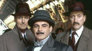 Vahaviiksinen etsivänero Hercule Poirot ratkoo rikoksia pitkissä elokuvissa.