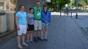 Emma, Aurora, Patrik och Sofia Henelius är på sommarresa i Österbotten.