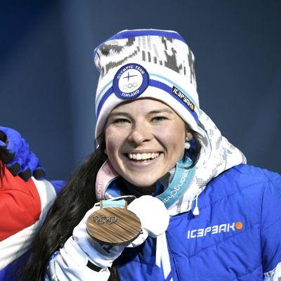 Marit Björgen och Krista Pärmäkoski visar upp sina medaljer
