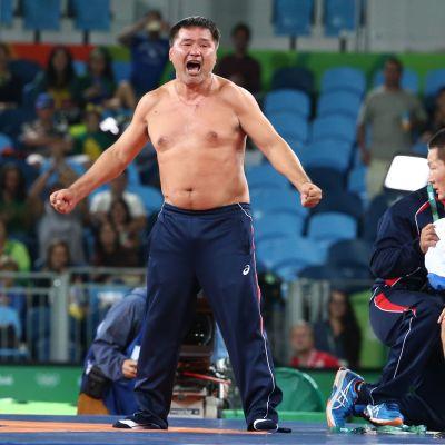 Mongolian painivalmentaja Mandakhnaran Ganzorig ilman paitaa