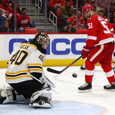 Bostonin Tuukka Rask torjuu Detroitia vastaan.