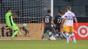 Robin Lod skjuter bollen i mål från närhåll.