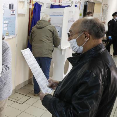 Maktpartiet Enade Ryssland säger sig ha fått en ny brakseger i söndagens lokala och regionala  val över hela Ryssland. Här deltar väljare i lokalvalet o Moskva.