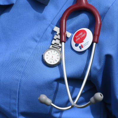 Mieltään osoittava sairaanhoitaja